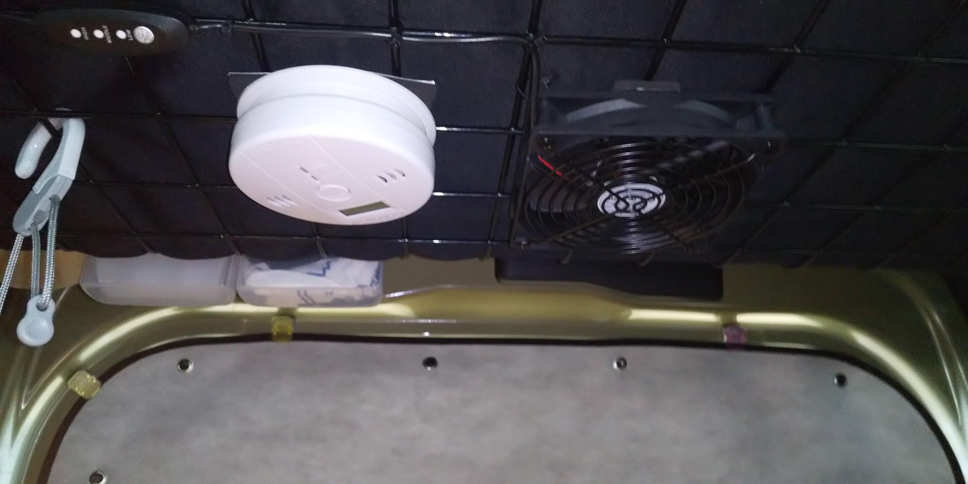 車内に取り付けた一酸化炭素警報器