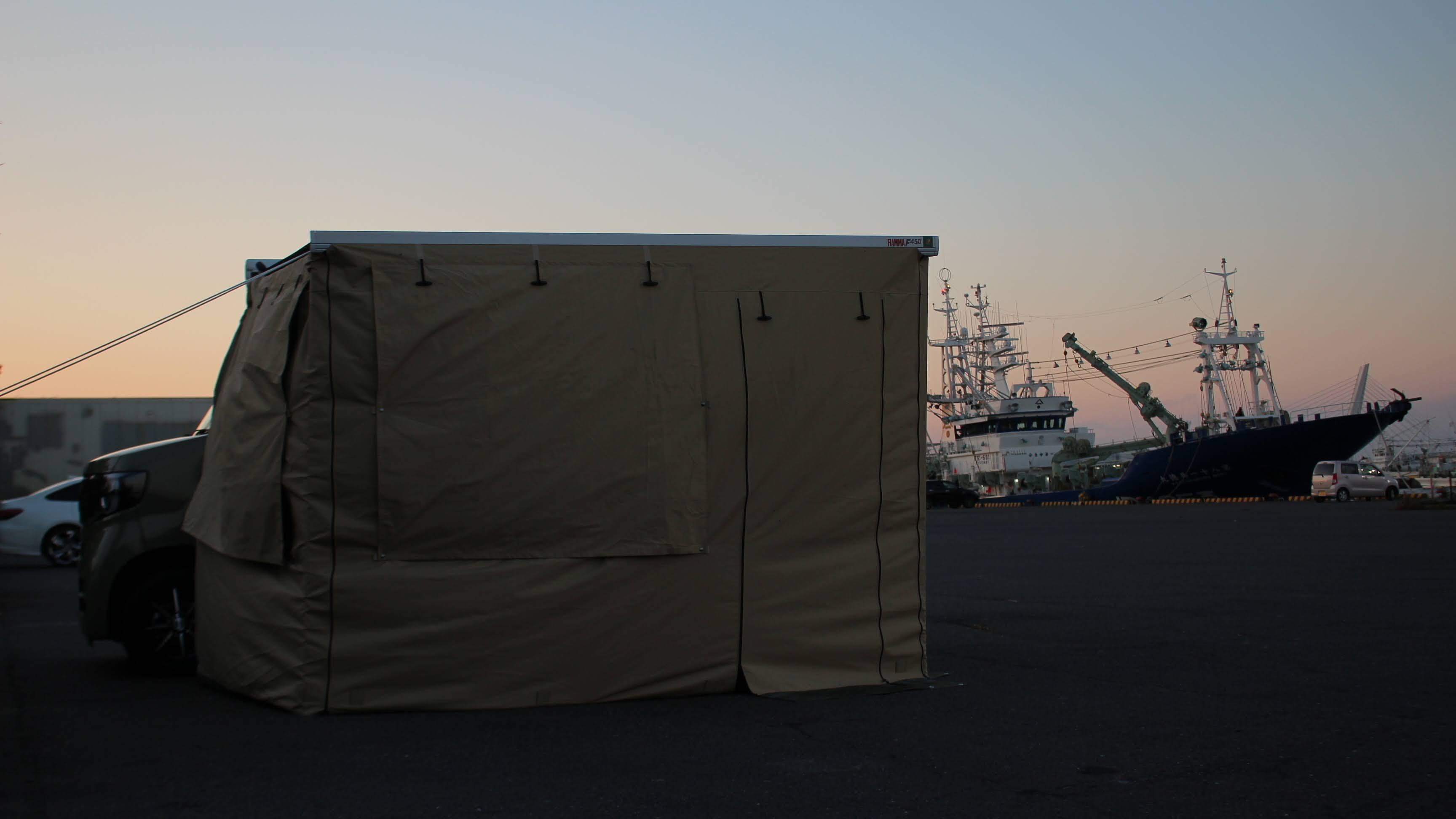 港でサイドオーニングとプライバシーテントを使った車中泊