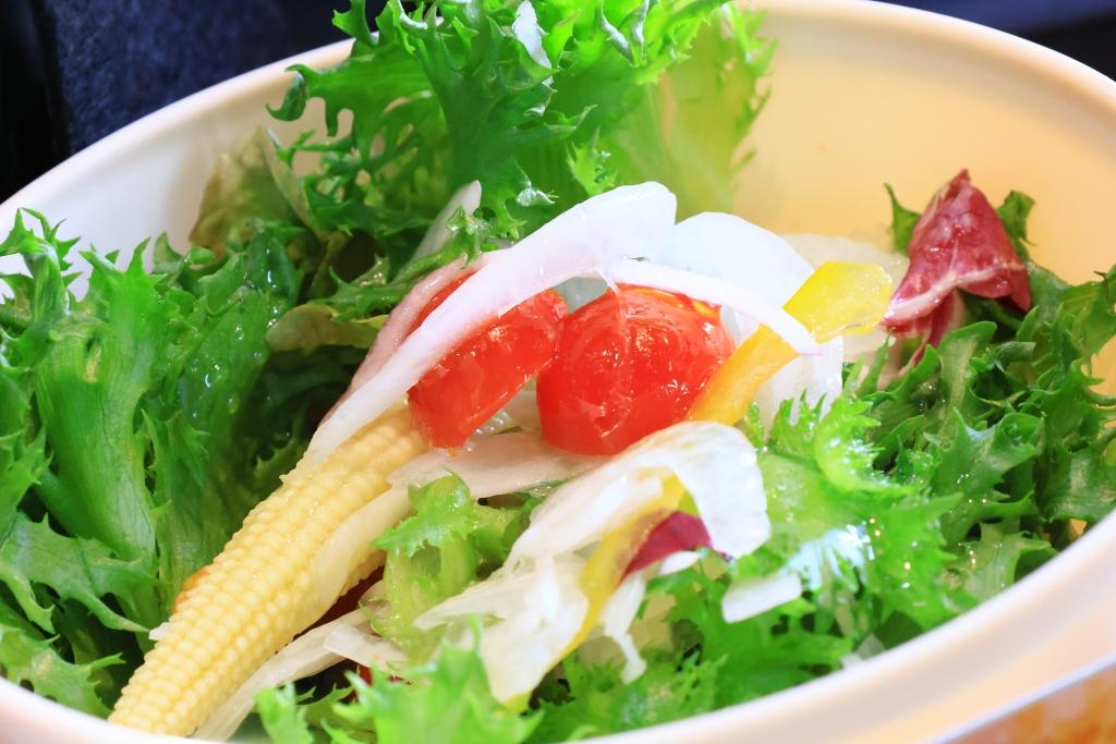 フリルレタスとヤングコーンの野菜サラダ