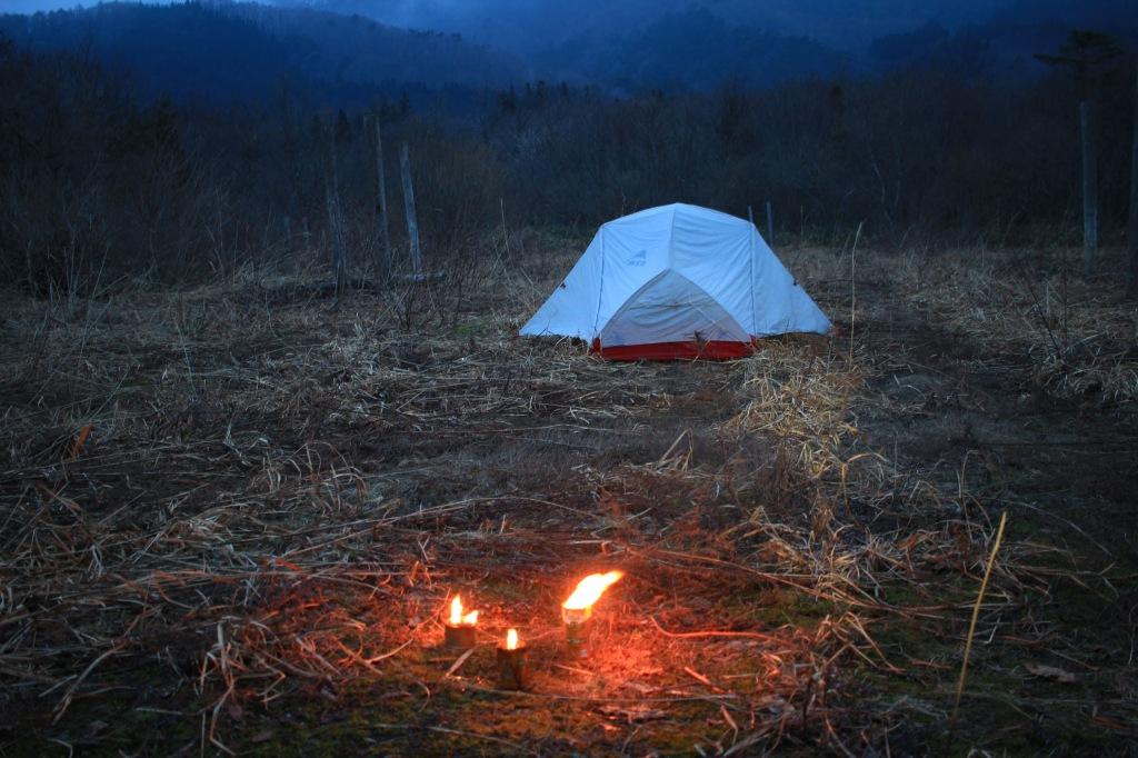 夕暮れの原野に設営したテント