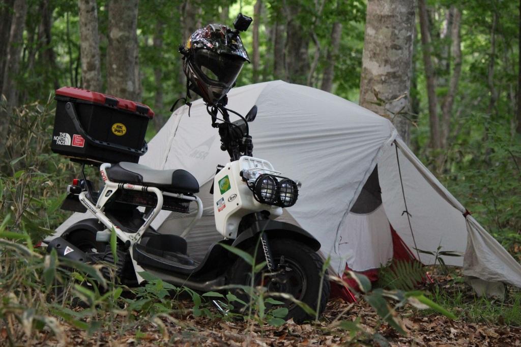 原付バイクとテント