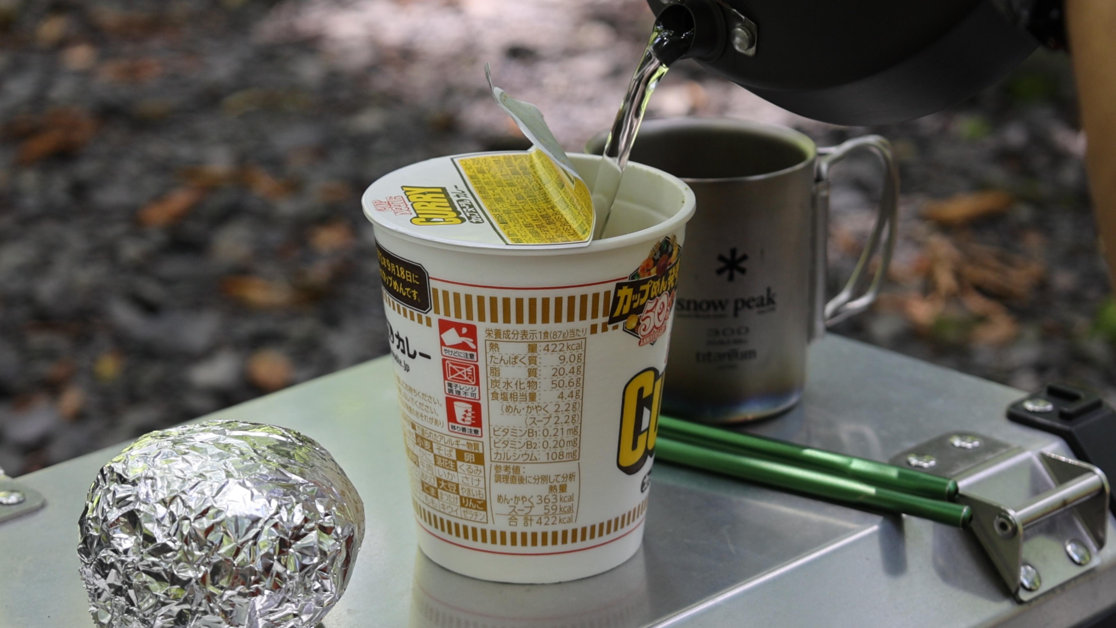 テーブルとしても使える純正パニアケースの上で作るカップ麺